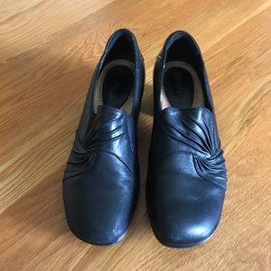 Ladies size 9 Black Earth dress shoes
